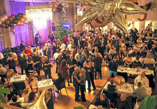 Im festlich geschmückten Kursaal des Freudenstädter Kurhauses wurde ein großer Silvesterball gefeiert. Foto: Ade