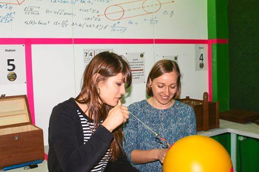 Das gemeinsame Rätseln und Tüfteln im Escape Room: Hier sind Logik und Teamwork gefragt.  Foto: Schobries Foto: Schwarzwälder Bote