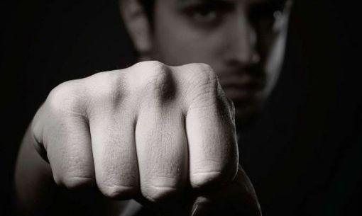 Weil er sich nicht mehr unter Kontrolle hatte, schlug ein 19-Jähriger in einer Diskothek zu.  Foto: rdgraphe/ stock.adobe.com