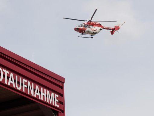 Der Fahrer des Lkw - ein 21-Jähriger - wurde bei dem Unfall schwer verletzt. Er musste mit einem Rettungshubschrauber in eine Klinik gebracht werden. (Symbolfoto) Foto: Julian Stratenschulte/Archiv/dpa