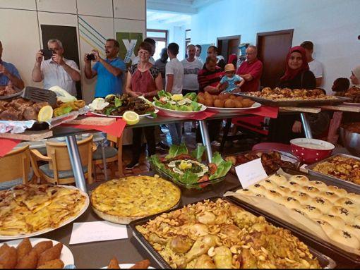 Appetitanregend: das Buffet  beim  ersten interkulturellen Sommerfest in Wildberg  mit Besuchern im Hintergrund  Foto: Korbel Foto: Schwarzwälder Bote