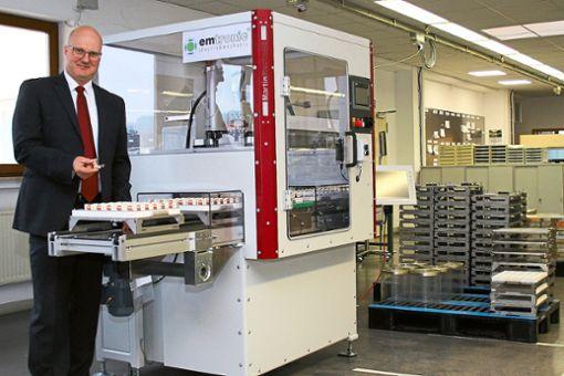 Neue Produktionstechnik und Automation zahlen sich für emtronic bereits aus, erläutert Geschäftsführer Jürgen Maier in Schömberg.    Foto: k-w Foto: Schwarzwälder Bote