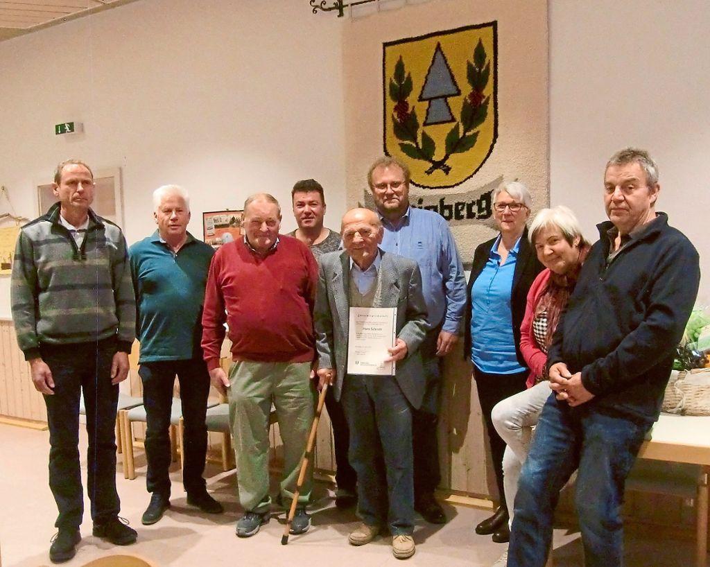 Der aktuelle Vorstand mit Ehrenvorsitzendem und neu ernanntem Ehrenmitglied. Foto: Verein Foto: Schwarzwälder Bote