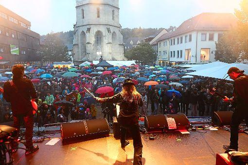 Das Rockorchester Horst Müller um Sänger Udo Welz (Mitte) heizt dem Publikum auf dem Marktplatz ein.  Foto: Maier