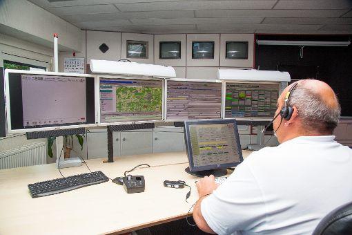 Disponent Werner Nix hat die Monitore in der Integrierten Leitstelle Zollernalb in Balingen fest im Blick. Hier nehmen er und seine Kollegen 112-Anrufe entgegen – und leiten Rettungseinsätze ein.    Foto: DRK
