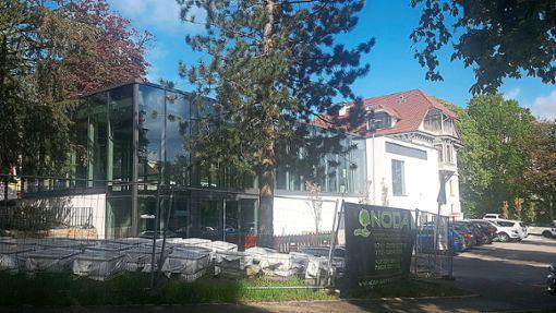 Für die Villa Duttenhofer mit ihrem neuen Anbau ist ein Pächter gefunden. Bislang ist das äußere Erscheinungsbild der Anlage mit den Bauzäunen und schiefen Werbeschildern noch unter aller Kanone, monierte Grünen-Stadtrat Hubert Nowack.   Foto: Otto