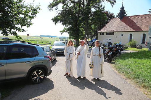 Diakon Klaus Konrad spendet am Taberwasen den Segen für Autos und Motorräder.  Foto: Tischbein Foto: Schwarzwälder Bote