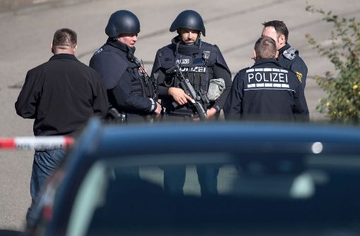 Die Polizei setzt die Suche nach Täter und Beweismitteln fort. Foto: dpa