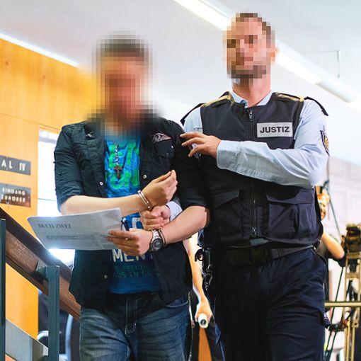 Christian L.  auf dem Weg zur Urteilsverkündung: Beide erhalten hohe Haftstrafen.  Foto: Seeger