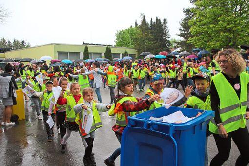 Bei ihrem Mülltanz machten die Schüler das Haslachschule vor, dass kein Abfall in der Natur landen muss, sondern in die (richtige) Tonne gehört.   Foto: Heinig Foto: Schwarzwälder Bote