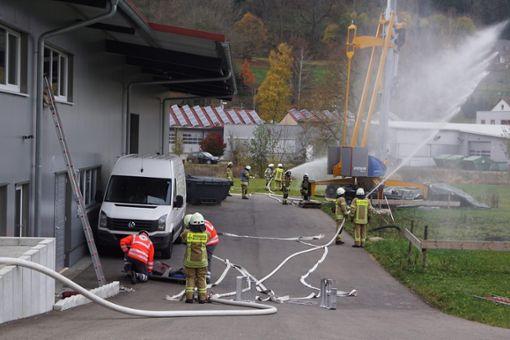 Einen Großeinsatz haben Feuerwehr und Rotes Kreuz in Nusplingen gemeinsam gemeistert.  Fotos: Klaiber Foto: Schwarzwälder Bote