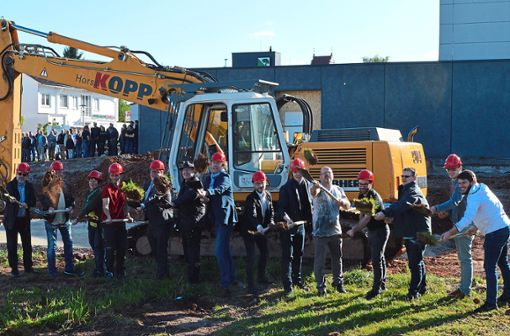 Jetzt geht's los: Mit dem symbolischen Spatenstich können die Arbeiten für den Neubau der Sporthalle beginnen.  Fotos: Herzog Foto: Schwarzwälder Bote