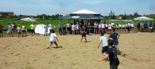 Spannende Spiele hat es beim Beachvolleyballturnier der Schüler gegeben.  Foto: Schule Foto: Schwarzwälder Bote
