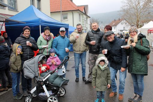 Nach einem Bummel über den Ostermarkt ist für diese Besucher, die aus verschiedenen Blumberger Vereinen kommen, eine Stärkung fällig.  Foto: Baltzer