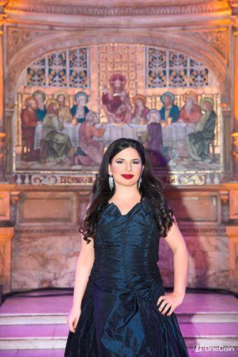 Krypto-Queen Ruja Ignatova stellt sich auf der Website ihres Unternehmens durchaus auch vor ungewöhnlichen Kulissen dar. Foto: One-Coin