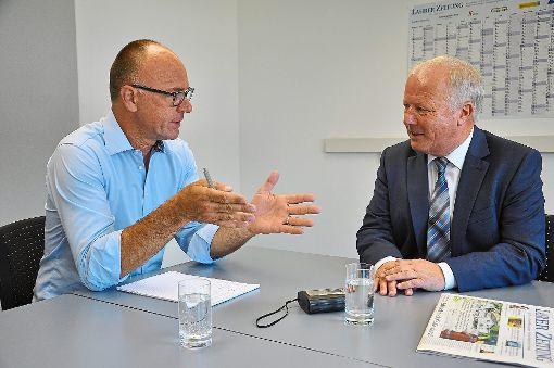 Angela Merkel steht für eine solide, verlässliche Politik: Peter Weiß (rechts) lobt die Kanzlerin im Gespräch mit LZ-Redaktionsleiter Jörg Braun.    Foto: Schabel