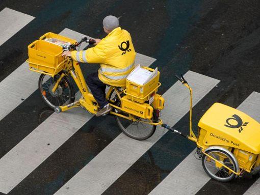 Ein Briefträger der Deutschen Post. Foto: Sebastian Kahnert/Archiv/dpa