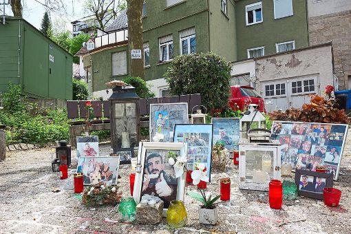 Bis heute erinnern Blumen und Fotos an der Stelle in Hechingen, wo der tödliche Schuss fiel, an den 22-Jährigen. Demnächst werden die Umstände der brutalen Tat vor Gericht verhandelt. Foto: Stopper