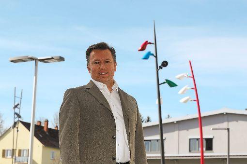 Hess-Pressesprecher Marco Walz präsentiert das neue, multifunktionale Licht-Systeme Arini (rechts) der Hess GmbH. Der Schauplatz in Villingen wurde neu bestückt.   Foto: Eich Foto: Schwarzwälder-Bote