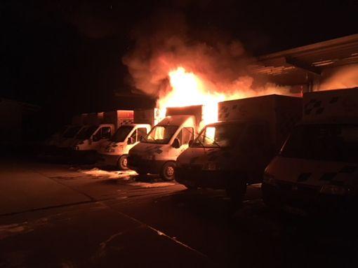 Lichterloh brannten die Imbisswagen der Firma Hahn im Korb. Foto: Dieter Fecker/Feuerwehr Bisingen