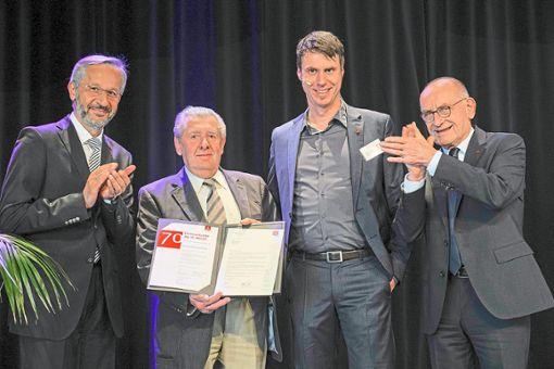 Ahmed Karademir (von links) ehrt Hermann Letzeisen für 70 Jahre Mitgliedschaft. Zur Seite stehen Norbert Göbelsmann und Horst Schmitthenner.   Foto: IG Metall Foto: Schwarzwälder Bote