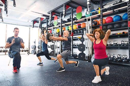 Auch Senioren können in Fitnessstudios etwas für Beweglichkeit und Kondition tun. Foto: Halfpoint/Westend61 Foto: Schwarzwälder Bote