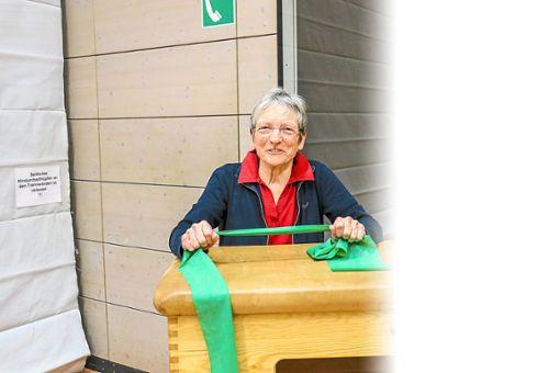 Reingard Gascho verwendet in  ihrer Gymnastikgruppe viele verschiedene Sportgeräte. Foto: Schwarzwälder Bote