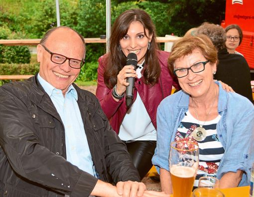 Armin und Helga Botta waren extra aus Rottenburg in die Aichhalder Mühle gekommen, um Schlagersängerin Marcella Carin live singen zu hören. Foto: Schwarzwälder Bote