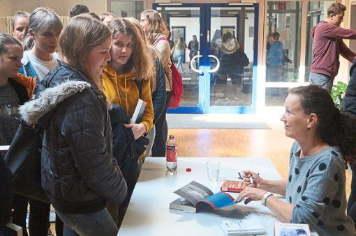 Nach ihrer Lesung signiert Anja Tuckermann   die Bücher der Zehntklässler.  Foto: Schule Foto: Schwarzwälder Bote