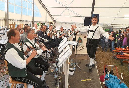 Die lustigen Wildecker unter der Leitung von Elmar Seeburger spielen im Zelt beim Vatertagsfest des Irslinger Musikvereins auf.   Foto: kw Foto: Schwarzwälder Bote