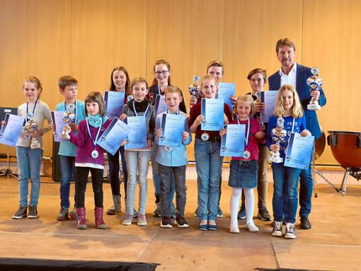 Die erfolgreichen Teilnehmer der Akkordeonjugend Seedorf mit ihrem Ausbilder Dieter Witz  Foto: Verein Foto: Schwarzwälder Bote