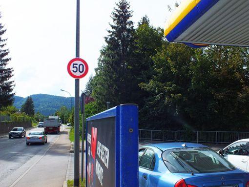 Ab der Jet-Tankstelle dürfen Autofahrer in Lautlingen, die Richtung Laufen unterwegs sind, wieder Tempo 50 vorlegen – dem Ortschaftsrat ist das zu früh. Foto: Kistner