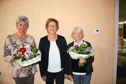 Mit Hanni Bölle (links) und Gisele Brachmann (rechts) werden zwei langjährige engagierte Aufsichtsräte bei der Genossenschaft für seniorenfreundliches Wohnen verabschiedet. Dafür wird Waltraud Bausch (Mitte) als stellvertretende Vorsitzende ins Gremium gewählt.  Foto: Bächle Foto: Schwarzwälder Bote
