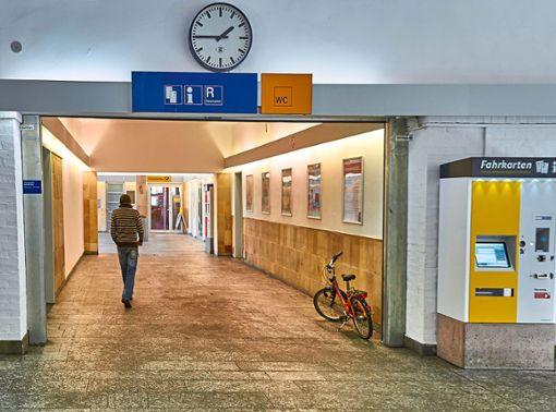 Die Sitzbänke in der Horber Bahnhofshalle sind weg. Foto: Lück