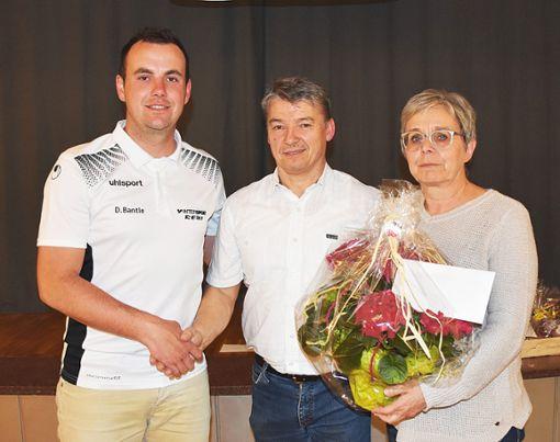 Daniel Bantle (links) dankt Karl Friedrich (Mitte) und dessen Ehefrau Anita.   Foto: Born Foto: Schwarzwälder Bote