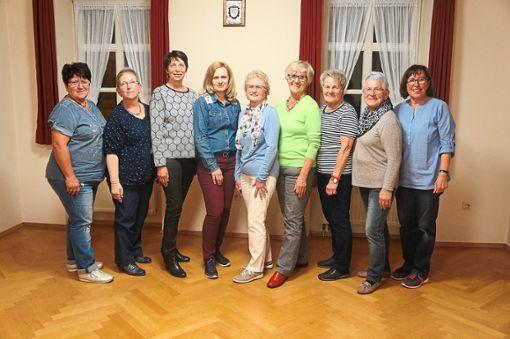 Von links: Maria Zindritsch (Beisitzerin), Gabi Henle (erste Vorsitzende), Gerlinde Wellenzohn (bisher Beisitzerin), Timea Böhm-Grebur (Chorleiterin), Gertrud Vossler (Beisitzerin), Roswitha Lohmüller (bisher Beisitzerin), Christa Ramminger (Beisitzerin), Ursula Wahr (Beisitzerin), Elisabeth Rebmann-Speier (zweite Vorsitzende und Schriftführerin).  Foto: Frauenchor Zollernalb Foto: Schwarzwälder Bote