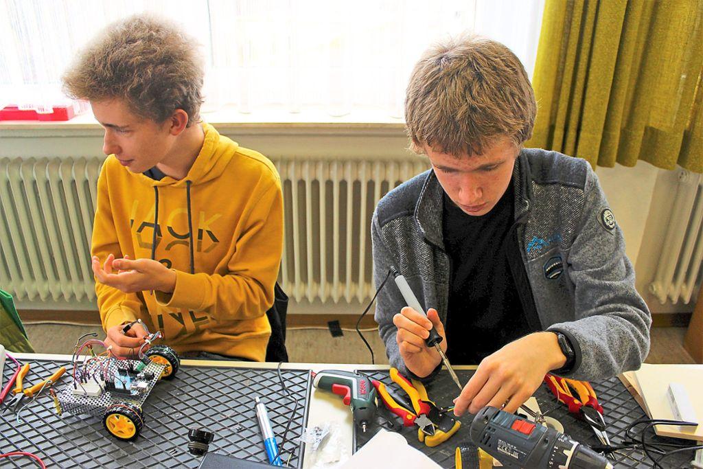 Jugendarbeit ist der Ortsguppe sehr wichtig: Die Anfänger stellen ihr Projekt Selbstfahrende Autos vor.  Foto: Breisinger Foto: Schwarzwälder Bote