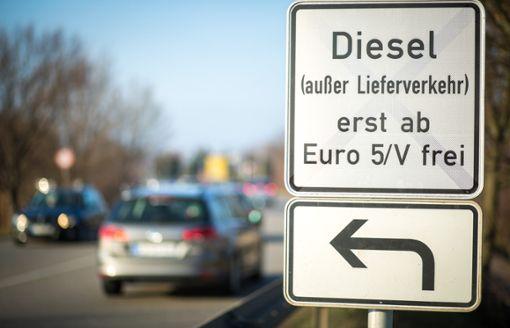 Ein Schild an einer Straße weist auf Fahrverbote für ältere Dieselfahrzeuge hin. Foto: Christoph Schmidt/dpa