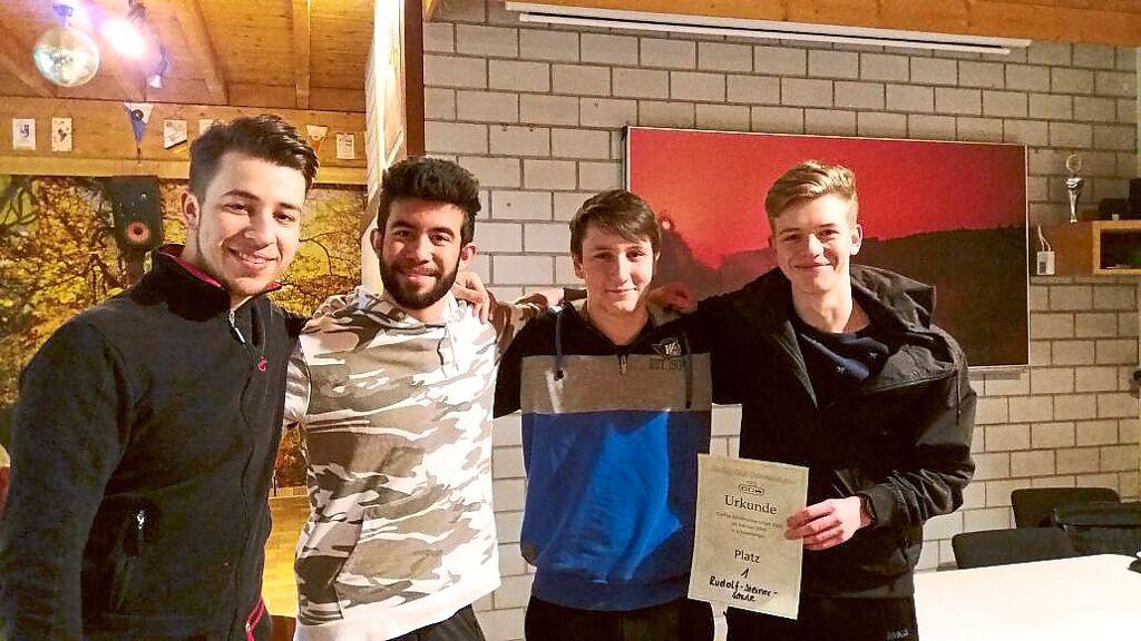 Das Team der Rudolf-Steiner-Schule erkämpft sich nach einem engen Spiel den ersten Platz.  Foto: Curling Club Foto: Schwarzwälder Bote
