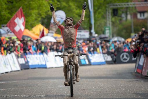 Der Schweizer Mathias Flückiger triumphiert im Elite-Rennen der Herren.  Foto: Kuestenbrueck