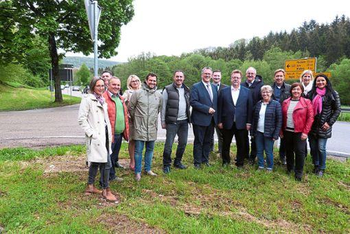 Hans-Joachim Fuchtel (Siebter von rechts) und Michael Donth (Siebter von links) trafen sich an der B463 zum Ortstermin mit CDU-Kommunalwahlkandidaten.   Foto: Bernklau Foto: Schwarzwälder Bote