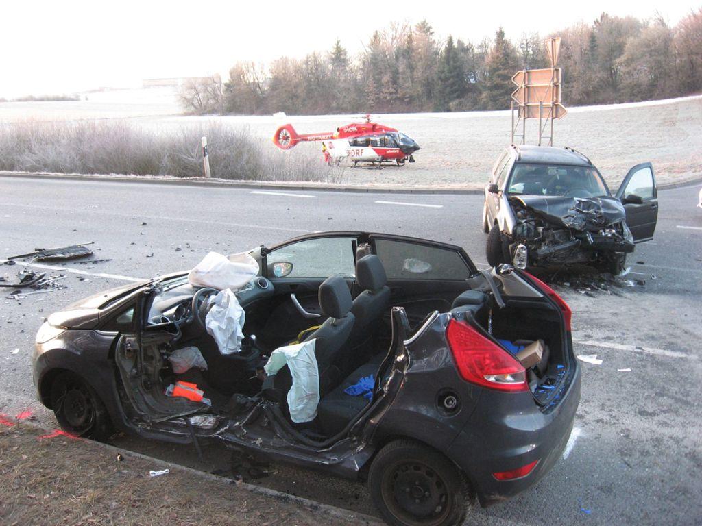 Ein 46-jähriger Autofahrer wurde in seinem Fahrzeug eingeklemmt