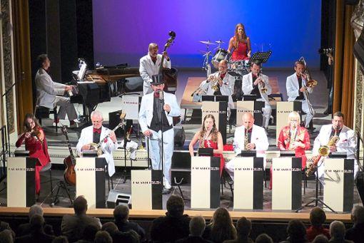 Die Herren im weißen Anzug, die Damen in roter Robe, so präsentierten sich die Palastperlen im zweiten Teil ihres überaus erfolgreichen Konzerts im Königlichen Kurtheater in Bad Wildbad.  Foto: Bechtle Foto: Schwarzwälder Bote