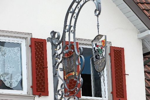 Ein neues Schild ziert seit einigen Tagen die Bisinger Gaststätte Rose.   Foto: Wahl Foto: Schwarzwälder-Bote