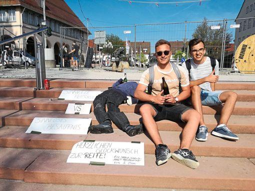 Mit Schildern und einer Puppe machte die mobile Jugendarbeit die Jugendlichen darauf aufmerksam, das Feiern mehr ist, als sich volllaufen zu lassen.   Foto: Mobile Jugendarbeit Foto: Schwarzwälder Bote