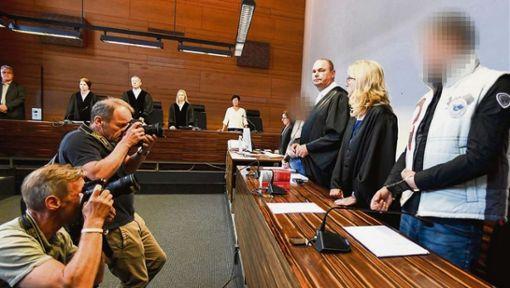 Christian L. (rechts) und Berrin T. (vierte von rechts) bei einem der Verhandlungstage im Freiburger Landgericht. Foto: Seeger/Deckert