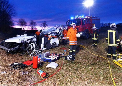 Die Bilder sprechen Bände: Die beteiligten Fahrzeuge waren nur noch Schrott, ein  Fahrer  kam ums Leben. Foto: Grimm