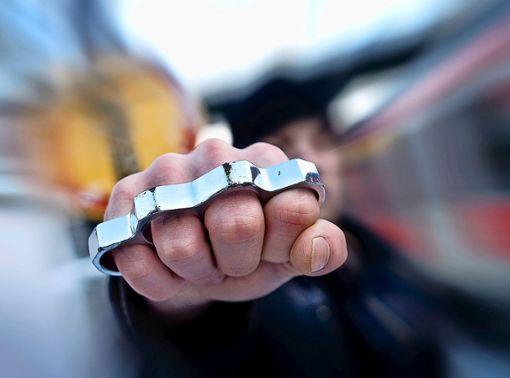 Im Unfallauto wurde neben Drogen auch ein Schlagring gefunden. (Symbolbild) Foto: Hörner