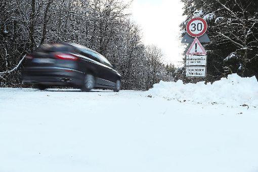Ein 41-Jähriger war mit seinem neuwertigen Ford Ranger auf der verlassenen und winterlichen Alten Vöhrenbacher Straße von Villingen in Richtung Unterkirnach unterwegs. Nach Angaben der Polizei kam der Mann infolge der nicht angepassten Geschwindigkeit von der Fahrbahn ab und landete im Straßengraben.  Foto: Eich