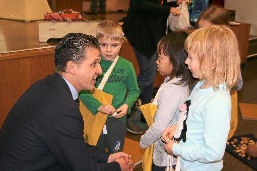 Thorsten Frei lobt die Kinder für ihre tolle Aufführung zusammen mit Katrin Mummenthaler von der Musikschule beim Informationsvormittag im Grüninger Kindergarten Augenblick. Foto: Hauger